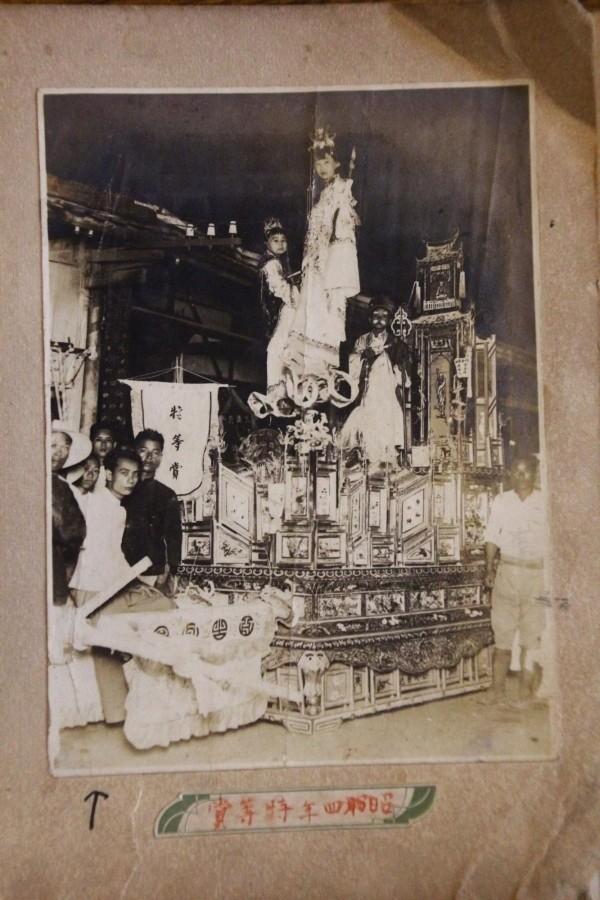 朴子真人藝閣遶境已有約百年歷史,工藝師周雪峰在日治昭和年間的作品,非常精緻。(記者林宜樟翻攝)