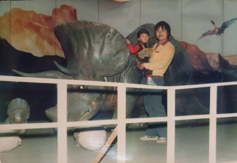 李文傑(左)和父親李金章(右)感情好,他為了圓父親的心願,決定繼續舉辦真人藝閣。(記者林宜樟翻攝)