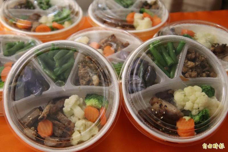 新竹縣政府內的「新竹肉品社區集市」每天將供應30個到50個不等的「竹選便當」,食材都來自縣內有生產履歷或是符合相關規範的安心食材。(記者黃美珠攝)