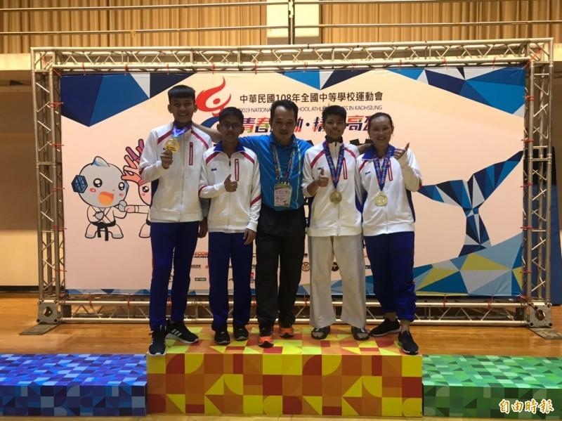 小港高中空手道代表隊創下高雄市歷屆最佳成績。(記者黃旭磊攝)