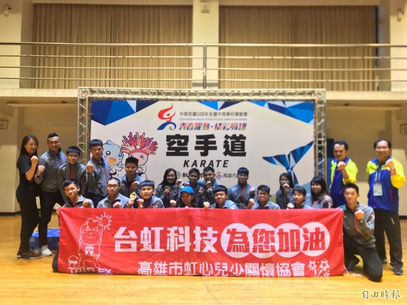 小港高中空手道代表隊於全中運奪下3金1銅。(記者黃旭磊攝)