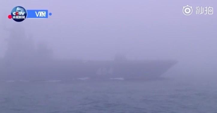 中國海軍成立70周年在青島舉行海上閱兵,不過根據央視現場回傳直播畫面,青島海域出現超大濃霧,幾乎難以看到在航行中的軍艦。(影片擷圖)