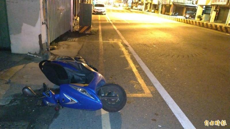 遭圍毆的陳姓男子機車倒在台南市北區成功路近西門路口。(記者王俊忠攝)