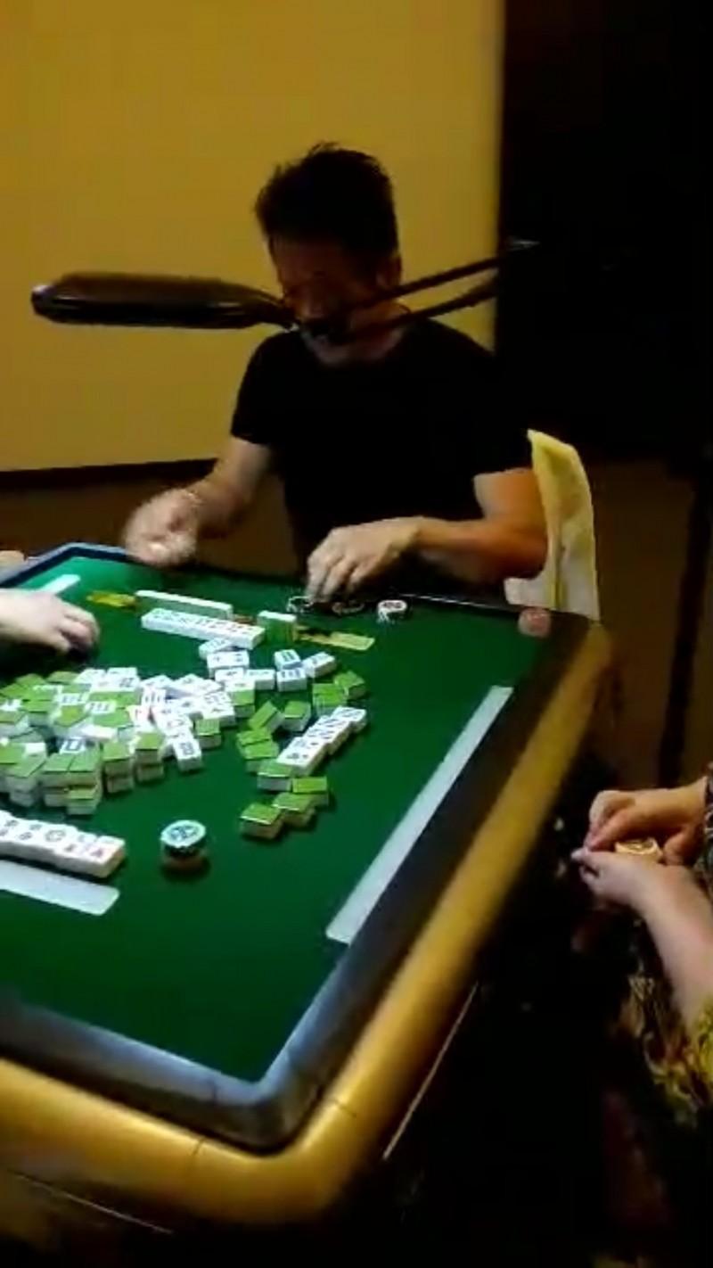 徐乃麟被爆米蘭苑賭場第一天就下場摸八圈。(記者鄭景議翻攝)