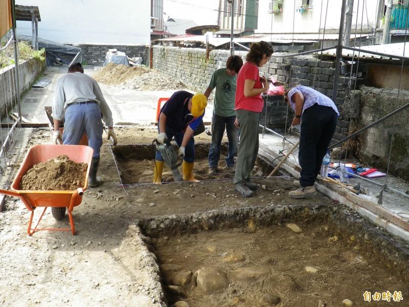 清華大學人類學研究所所長臧振華和西班牙考古團隊長期在和平島進行考古挖掘(資料照,記者盧賢秀攝)