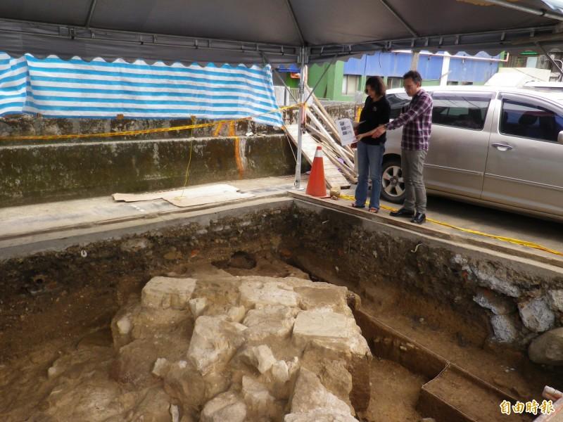 考古團隊發掘古修道院的牆角(資料照,記者盧賢秀攝)