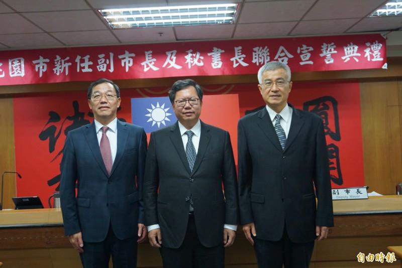 副市長李憲明(圖右)、秘書長黃治峯宣誓就職後,與市長鄭文燦合影。(記者謝武雄攝)