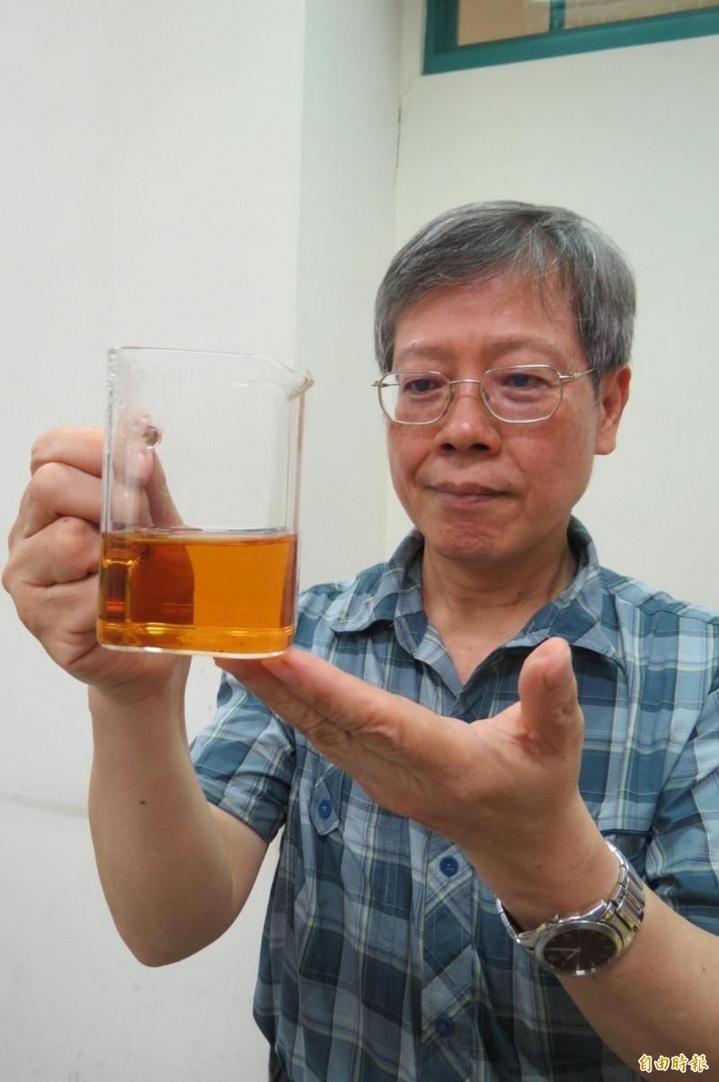 曾志正透過熷茶製程改善四季春苦澀口感溫醒。(記者蘇孟娟攝)