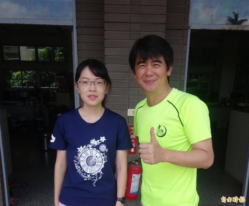 虎尾高中許復雅(左)是中國醫藥大學醫學系榜首。(記者廖淑玲攝)