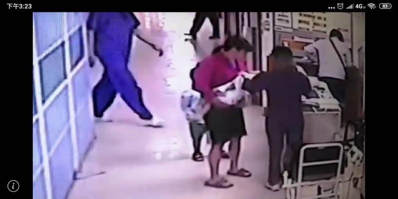 監視器畫面發現,徐姓保母抱著已無呼吸心跳的男嬰急焦送醫。(記者黃佳琳翻攝)
