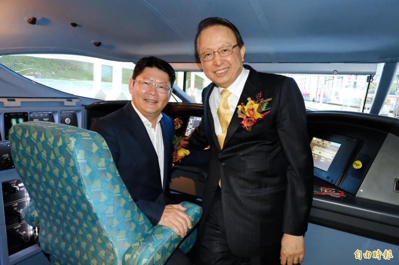 高鐵公司董事長江耀宗(右)、交通部政務次長黃玉霖(左)試乘新式列車駕駛模擬機。(記者李容萍攝)