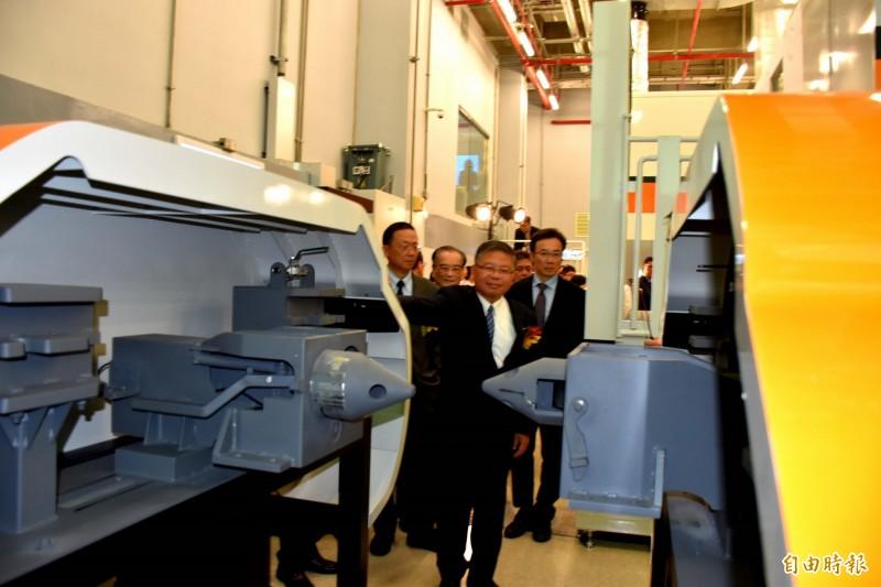 國防部副部長張冠群(中)等人參觀模擬機的車頭連結裝置。(記者李容萍攝)