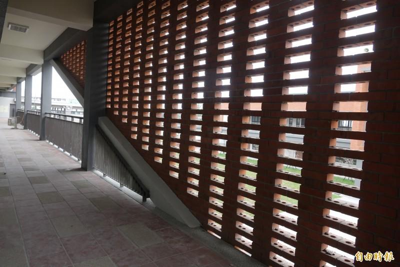 彰化首間公辦雙語學校鹿江國際中小學鏤空的紅磚牆點綴教室的廊道。(記者劉曉欣攝)
