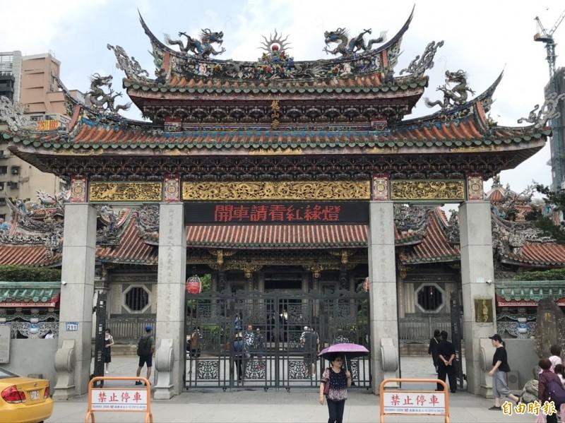萬華艋舺龍山寺建寺280年,基於環保理由,已陸續減香,如今傳出將禁點爉燭以維護安全。(記者蔡思培攝)