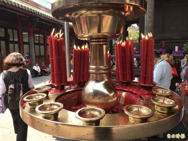 龍山寺燭台不時會有廟方人員清理,以保持整潔。(記者蔡思培攝)