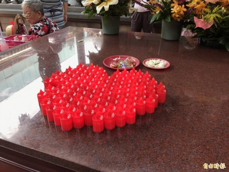 龍山寺已開始準備電子蠟燭。(記者蔡思培攝)