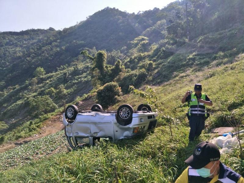 肇事車輛四輪朝天的倒躺在金針田裡。(記者陳賢義翻攝)