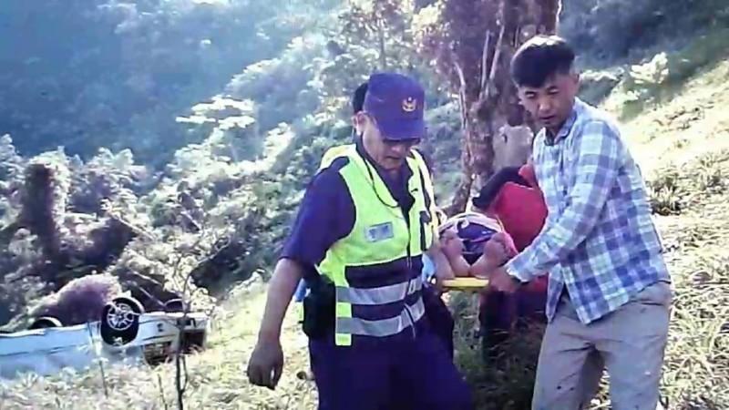 警消人員合力將傷患搬運上救護車。(記者陳賢義翻攝)