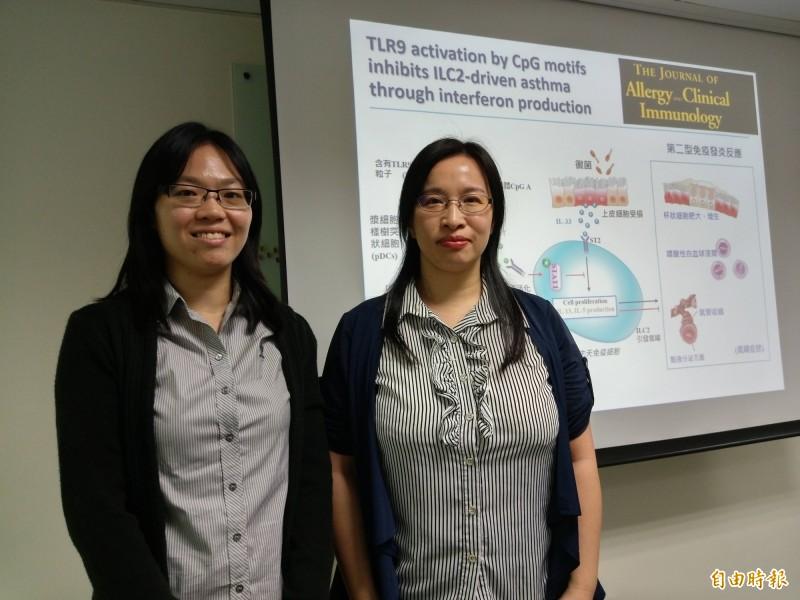 中研院生醫所助研究員張雅貞(右)、研究論文第一作者博士張麗萍。(記者吳亮儀攝)
