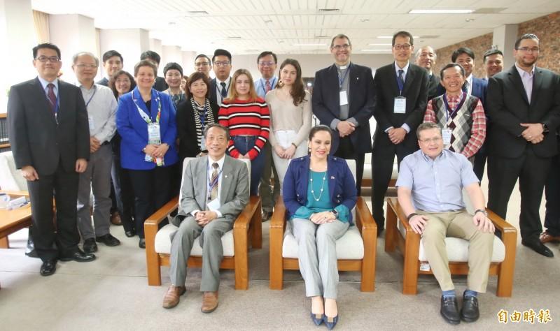 宏都拉斯第一夫人葉安娜(前排中)參訪靜宜大學。(記者張軒哲攝)