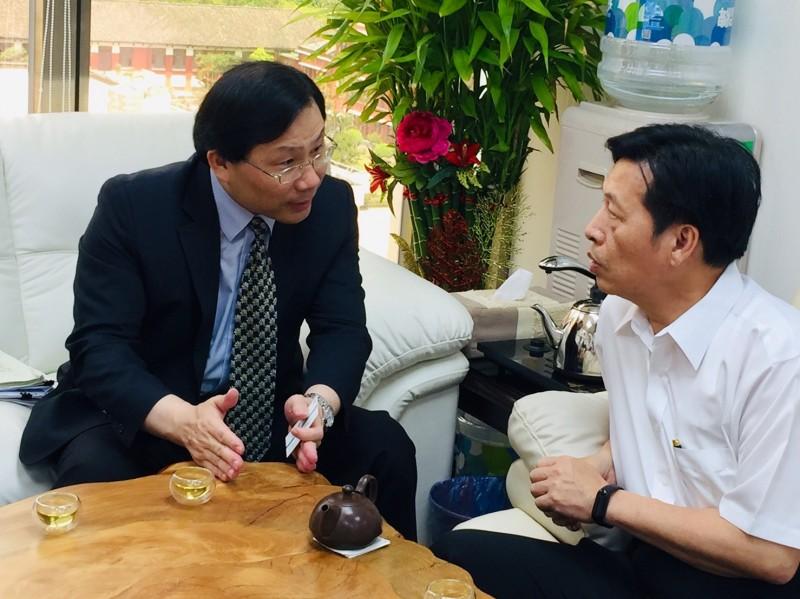 經濟部常務次長林全能(圖左)向立委鄭寶清說明補助電動機車預算問題。(鄭寶清辦公室提供)