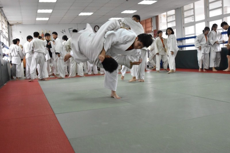 二崙國中柔道訓練場設備老備,卻無損學生練習熱情。(記者林國賢翻攝)