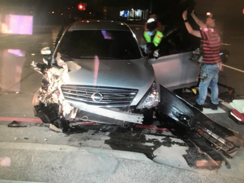 蔡男自小客車頭受損。(記者許國楨翻攝)