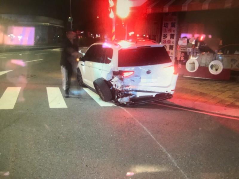 福斯休旅車則是車尾受損。(記者許國楨翻攝)