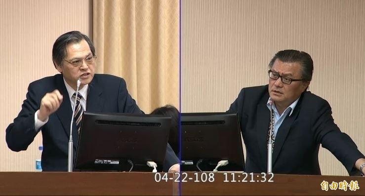 國民黨立委孔文吉(右)日前在立法院質詢,反質問陸委會主委陳明通(左)「憑什麼北京要放棄武統呢」。對此,法律學者今日表示,國民黨上下瀰漫「砲口對內,與敵唱和」弔詭現象。(資料照)