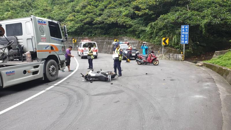 蘇花公路119公里處,今天中午11點半發生砂石車與機車對撞車禍。(記者江志雄翻攝)
