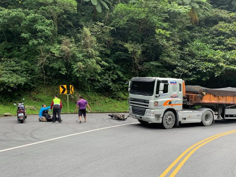宜蘭縣蘇花公路119公里處彎道,今天中午11點半發生砂石車與機車對撞,機車黃姓女騎士重摔倒地,圖為事故現場。(圖擷取自爆料公社)