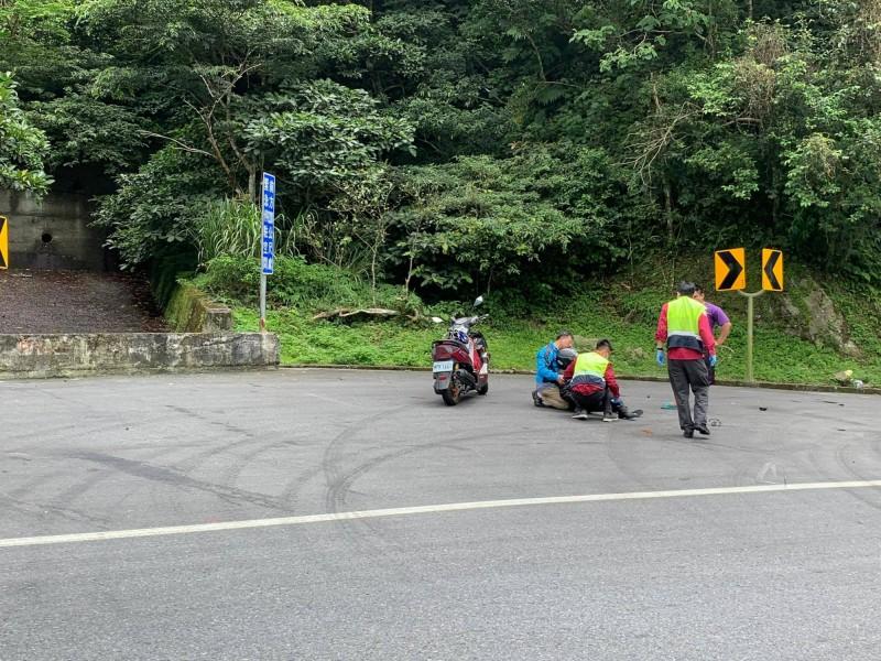 蘇花公路119公里處今天中午發生砂石車與機車對撞,機車女騎士倒地。(圖擷取自爆料公社)