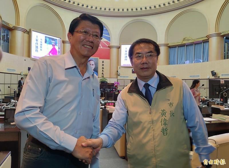 謝龍介(左)表示,台南市未進行政區整併,8年來等於浪費了30億,建議市長黃偉哲(右)應進行行政區整併。(記者蔡文居攝)