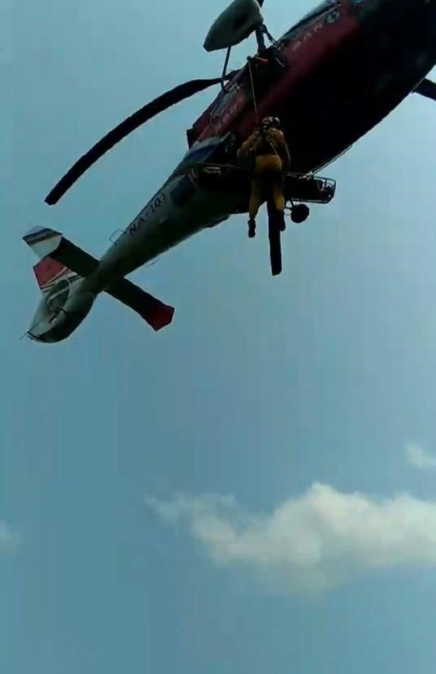 空勤隊員將患者搬運上直升機(民眾提供)
