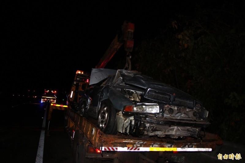 黑色轎車毀損嚴重。(記者鄭名翔攝)