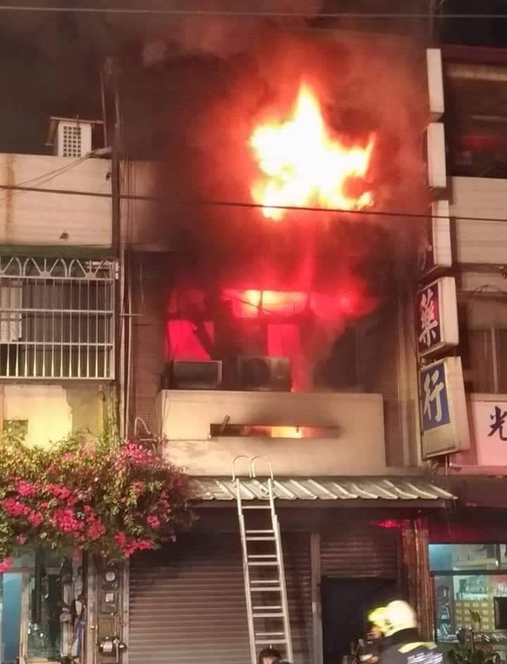 台中大里好來一街一棟民宅今晚8點多起火燃燒,熊熊烈火不斷從屋內竄出,相當嚇人。(記者陳建志翻攝)