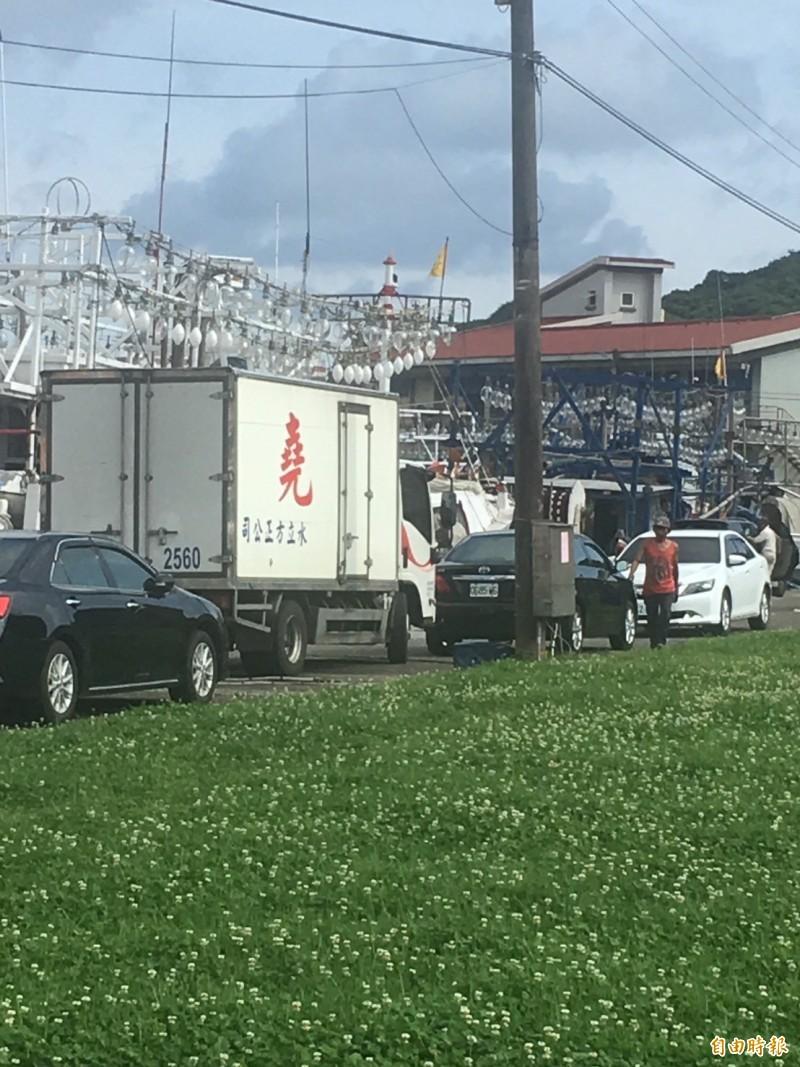 北區製冰廠羅姓老闆疑與股東糾紛,將3.5噸貨車以倒車方式駛入海中。(記者林嘉東攝)