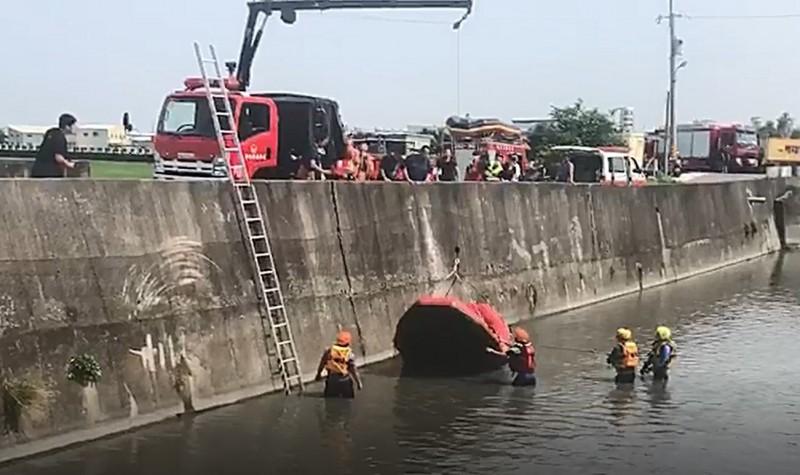 彰化秀水發生兩男機車雙載,自撞橋墩,消防人員出動救生艇搶救。(記者劉曉欣翻攝)