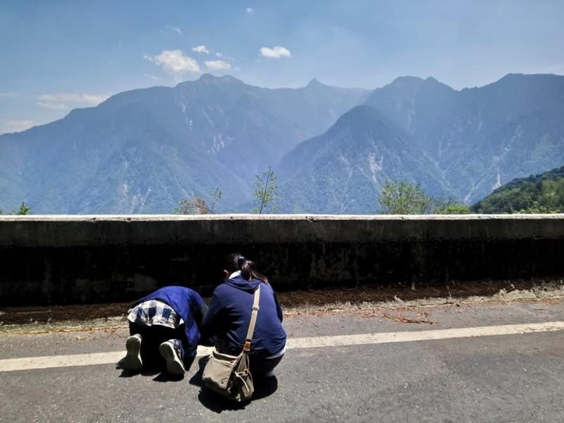 日本灣生奶奶(左)來台尋訪玉山,在新中橫公路看見玉山全景,激動得跪地大哭訴說對玉山的情懷,令人動容。(印莉敏提供)