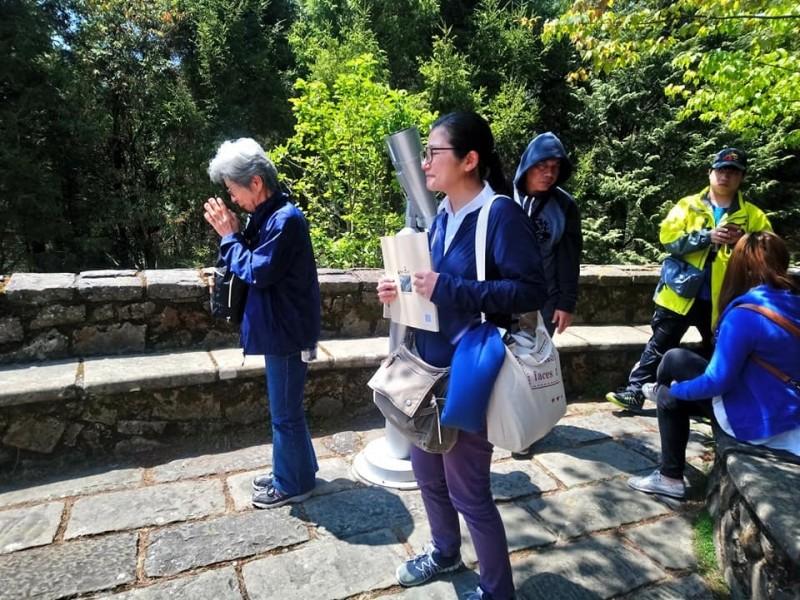 日本灣生奶奶(左)來台尋訪玉山,在塔塔加初見玉山時,感動得雙手合十致意。(印莉敏提供)
