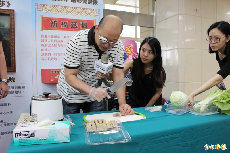 蔡先生今在彰基醫院的活動會場,示範當時持菜刀右眼沒看到鴨肉,剁鴨險剁手的情境。(記者張聰秋攝)