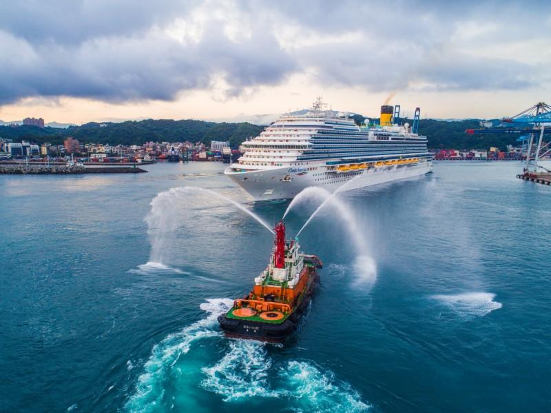 歌詩達郵輪威尼斯號基隆港首航,港務公司拖船噴水迎賓。(基隆港務分公司提供)