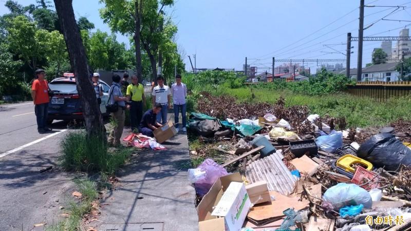 斗南火車站旁空地遭倒大量廢棄物。(記者黃淑莉攝)