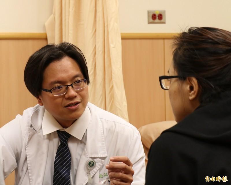 林北江醫師(左)向林女士說明後續治療情形。(記者張軒哲攝)