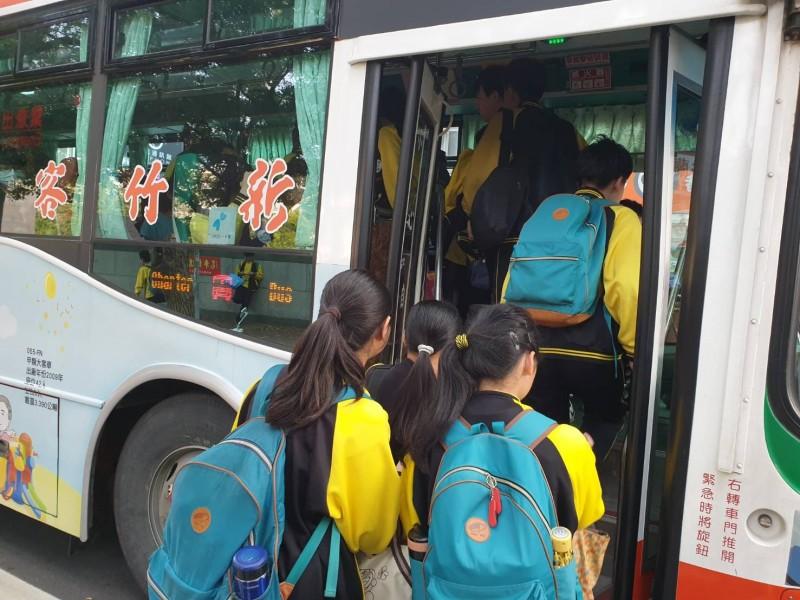 新竹縣竹北市民代表蔡文苑表示,免費市民公車63路新港線,上、放學尖峰時段的班車,常見一趟車擠進約70名學生,學生乘車安全令人憂心。(蔡文苑提供)