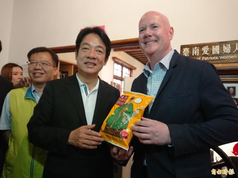 前行政院長賴清德送葉望輝「成功洋芋片」,幽默地說:「你成功丶我成功、台美關係一定成功」。(記者洪瑞琴攝)