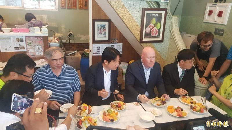 賴清德(左3)邀葉望輝(左4)吃剉冰。(記者洪瑞琴攝)