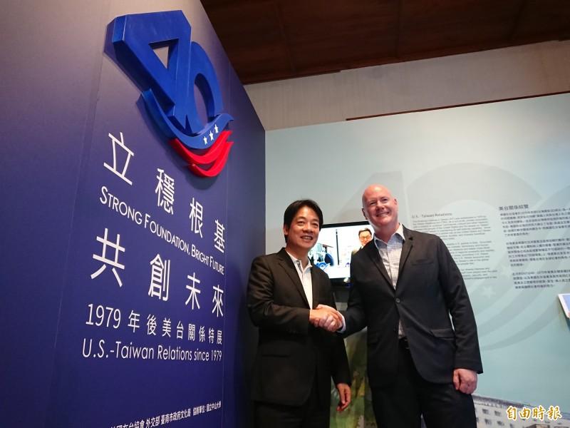 賴清德(左)葉望輝(右)一起參觀AIT特展。(記者洪瑞琴攝)