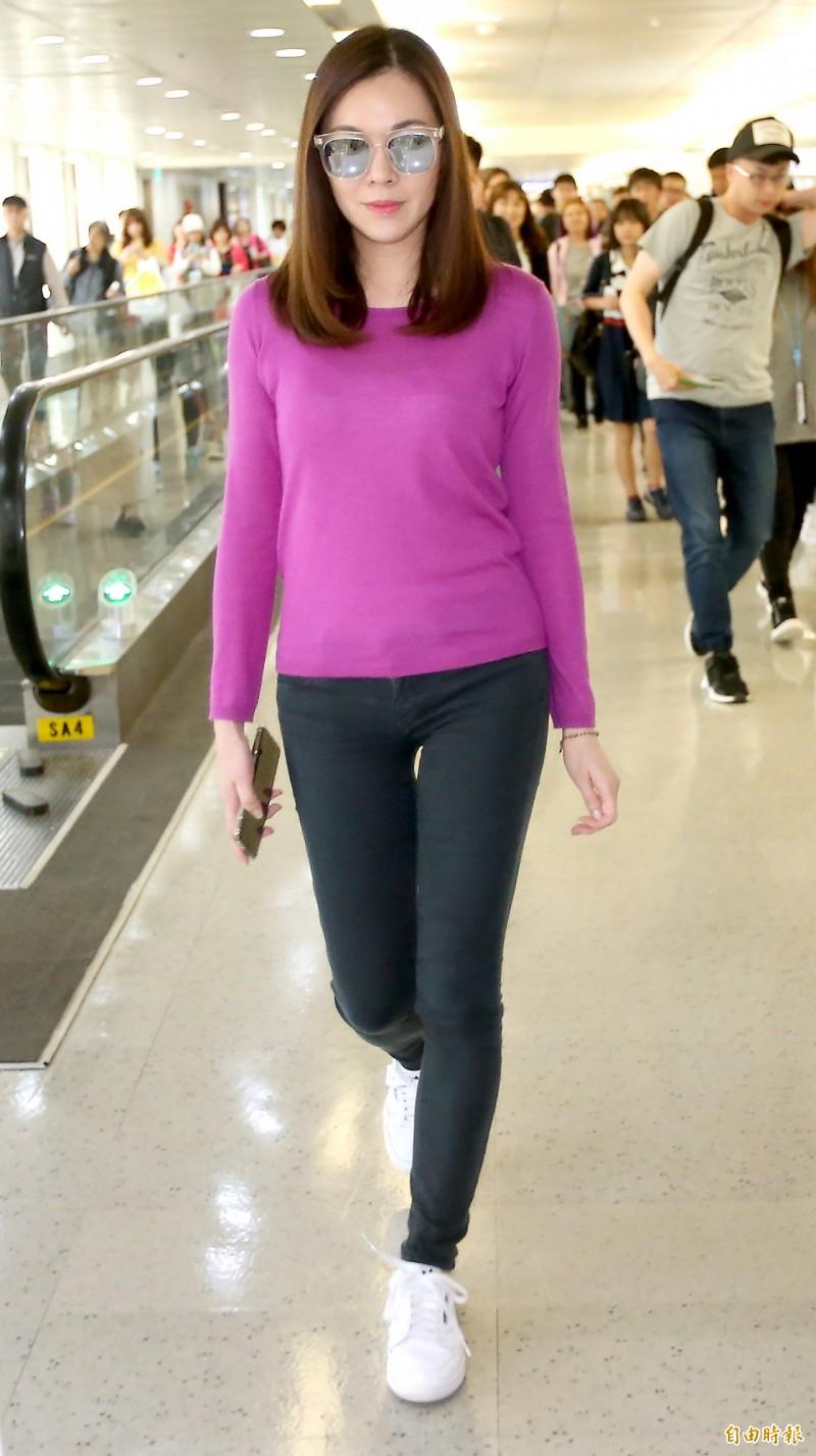 曾馨瑩離家3天後,今天下午搭乘華航班機自日本返回台灣,她在機場說,出國只是散散心。(記者朱沛雄攝)