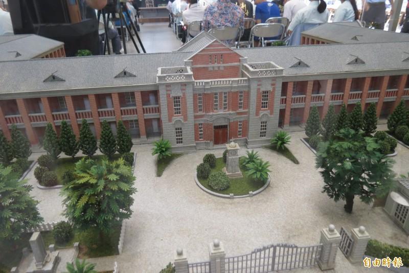 校友捐一中紅樓模型盼重建紅樓的願望成真。(記者蘇孟娟攝)